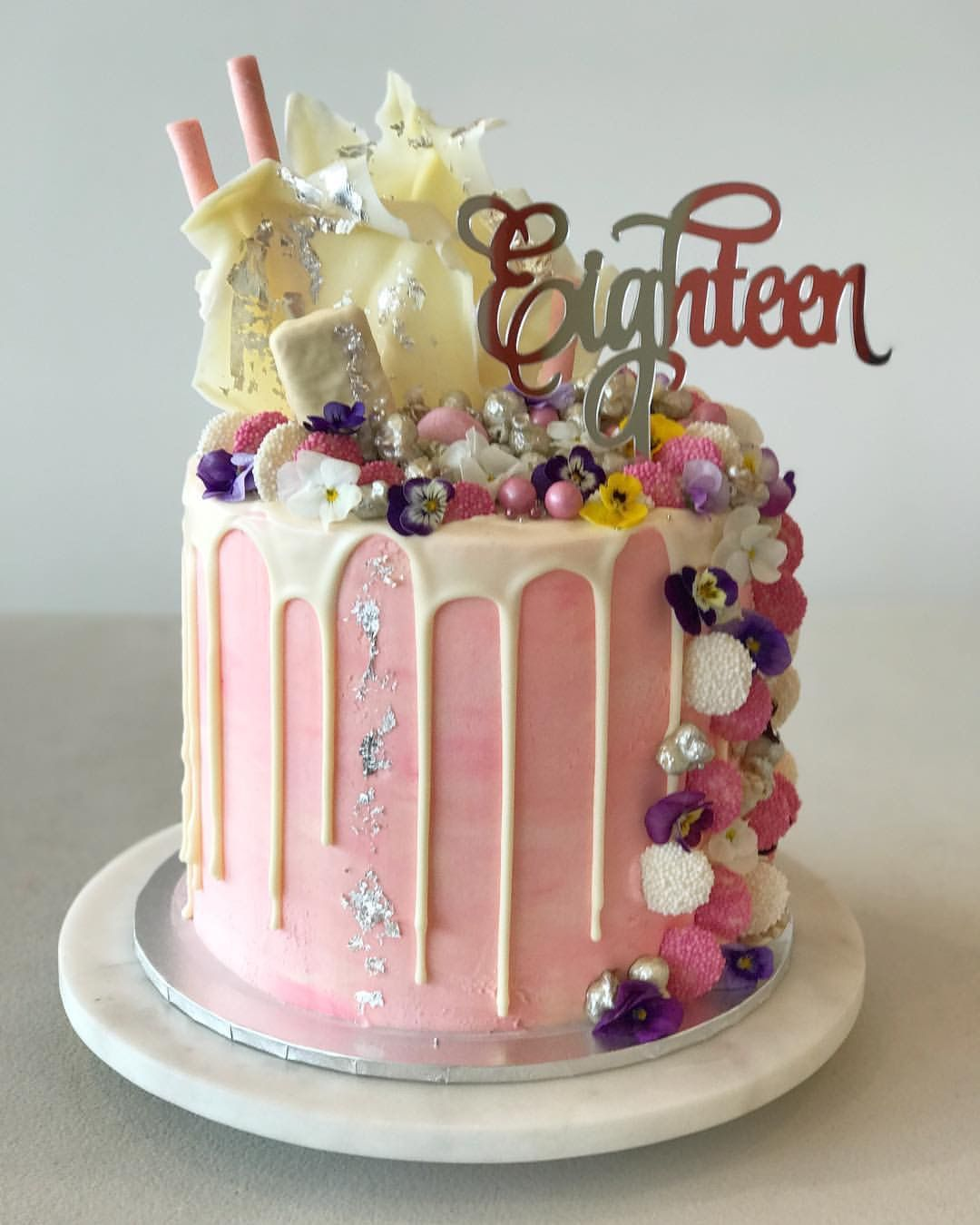 Lip Smacking Cake 18th Birthday Party Without A Is Big No Show You Cannot Go Wrong With An Eighteenth Which Centerpiece