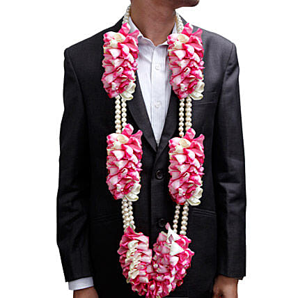 A garland of pink roses and white pearls