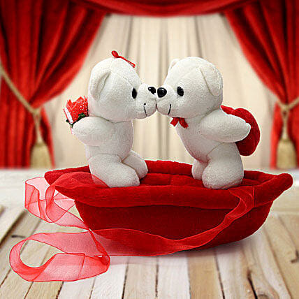 Romantic Teddies on Boat Valentine:Soft toys to Bhopal
