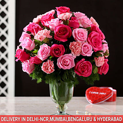 online exclusive roses n carnation glass vase arrangement:Pink Flowers