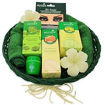 The Spa-ed Experience-120 ml foaming face Cleanser,150 grams body soap,85 grams revitalizing scrub,16 grams lip balm,2 floral shaped floating candles,Bombay Dyeing green hand towel