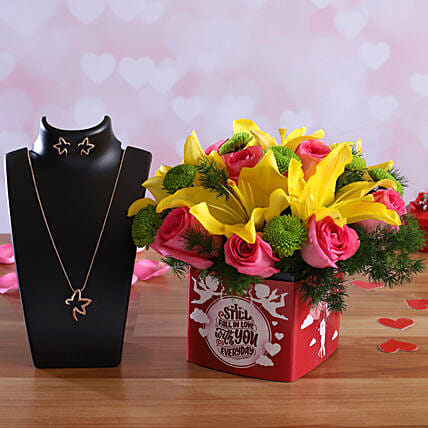 Mixed Flowers In Sticker Vase Pretty Necklace Set